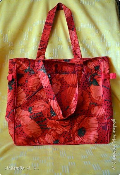 """Здравствуйте, дорогие мастерицы! В это жаркое лето у меня появились две яркие легкие сумки. Увидела в магазине дивный лен с маками и вдруг поймала себя на мысли, что если не куплю, потом очень пожалею. Так как платье из него я себе плохо представляла, взяла отрез на сумки и быстренько, пока было желание, принялась за дело. Вышли две сумки простого кроя, без складок и защипов, чтобы зрительно не """"ломать"""" чудесный рисунок и прекрасные маки не потеряли свою красоту. фото 2"""