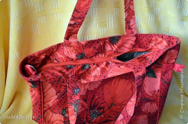"""Здравствуйте, дорогие мастерицы! В это жаркое лето у меня появились две яркие легкие сумки. Увидела в магазине дивный лен с маками и вдруг поймала себя на мысли, что если не куплю, потом очень пожалею. Так как платье из него я себе плохо представляла, взяла отрез на сумки и быстренько, пока было желание, принялась за дело. Вышли две сумки простого кроя, без складок и защипов, чтобы зрительно не """"ломать"""" чудесный рисунок и прекрасные маки не потеряли свою красоту. фото 5"""