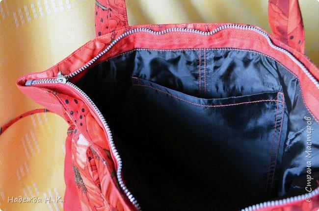 """Здравствуйте, дорогие мастерицы! В это жаркое лето у меня появились две яркие легкие сумки. Увидела в магазине дивный лен с маками и вдруг поймала себя на мысли, что если не куплю, потом очень пожалею. Так как платье из него я себе плохо представляла, взяла отрез на сумки и быстренько, пока было желание, принялась за дело. Вышли две сумки простого кроя, без складок и защипов, чтобы зрительно не """"ломать"""" чудесный рисунок и прекрасные маки не потеряли свою красоту. фото 10"""