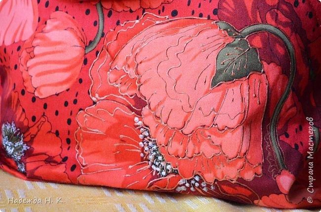 """Здравствуйте, дорогие мастерицы! В это жаркое лето у меня появились две яркие легкие сумки. Увидела в магазине дивный лен с маками и вдруг поймала себя на мысли, что если не куплю, потом очень пожалею. Так как платье из него я себе плохо представляла, взяла отрез на сумки и быстренько, пока было желание, принялась за дело. Вышли две сумки простого кроя, без складок и защипов, чтобы зрительно не """"ломать"""" чудесный рисунок и прекрасные маки не потеряли свою красоту. фото 9"""