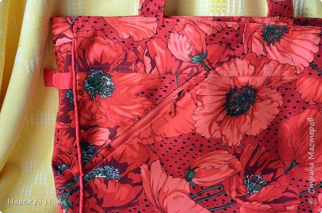 """Здравствуйте, дорогие мастерицы! В это жаркое лето у меня появились две яркие легкие сумки. Увидела в магазине дивный лен с маками и вдруг поймала себя на мысли, что если не куплю, потом очень пожалею. Так как платье из него я себе плохо представляла, взяла отрез на сумки и быстренько, пока было желание, принялась за дело. Вышли две сумки простого кроя, без складок и защипов, чтобы зрительно не """"ломать"""" чудесный рисунок и прекрасные маки не потеряли свою красоту. фото 4"""