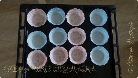 Сладенькое любят все. Особенно дети. Сегодня предлагаю приготовить вот такие кексы. они очень сладкие и вкусные, и потому в холодильнике надолго не задерживаются. И так, рецепт: Для теста: 4 яйца 4 ложки сахарной пудры 4 ложки муки разрыхлитель  Для крема: 3 белка стакан сахара пол стакана воды и краситель по желанию фото 2