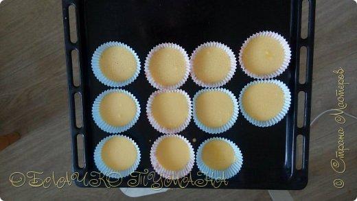 Сладенькое любят все. Особенно дети. Сегодня предлагаю приготовить вот такие кексы. они очень сладкие и вкусные, и потому в холодильнике надолго не задерживаются. И так, рецепт: Для теста: 4 яйца 4 ложки сахарной пудры 4 ложки муки разрыхлитель  Для крема: 3 белка стакан сахара пол стакана воды и краситель по желанию фото 5