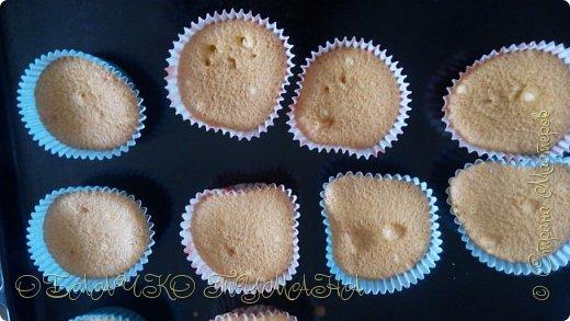Сладенькое любят все. Особенно дети. Сегодня предлагаю приготовить вот такие кексы. они очень сладкие и вкусные, и потому в холодильнике надолго не задерживаются. И так, рецепт: Для теста: 4 яйца 4 ложки сахарной пудры 4 ложки муки разрыхлитель  Для крема: 3 белка стакан сахара пол стакана воды и краситель по желанию фото 11
