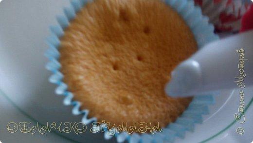 Сладенькое любят все. Особенно дети. Сегодня предлагаю приготовить вот такие кексы. они очень сладкие и вкусные, и потому в холодильнике надолго не задерживаются. И так, рецепт: Для теста: 4 яйца 4 ложки сахарной пудры 4 ложки муки разрыхлитель  Для крема: 3 белка стакан сахара пол стакана воды и краситель по желанию фото 12