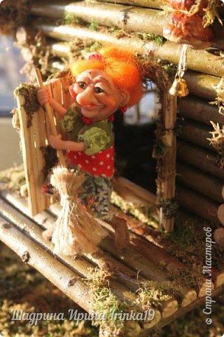Здравствуйте, дорогие жители Страны Мастеров! Хочу вам показать фото, какие красавицы Бабулечки Ягулечки живут в избушках, которые я делала на заказ: http://stranamasterov.ru/node/1008562 , http://stranamasterov.ru/node/1013013. Фотографии моей заказчицы Анны, спасибо ей огромное за предоставленный фотоотчет!!!  Первая избушка с пенечком была сделана, вот для такой шикарной Бабы Яги-мечтательницы с ромашкой (автором всех Бабулек Ягулек является Елена Романцева).  фото 7