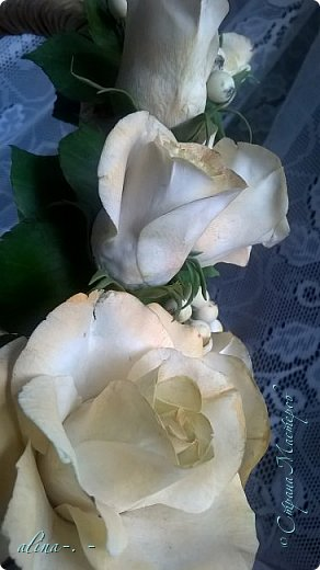 """корзинка в подарок.темные трубочки покрашены морилкой """"конский щавель"""",светлые- """"кора дуба"""". в ручку вставлено три проволоки. розы слеплены из ХФ """"Modena Soft"""",листья-""""Fleur"""". Снежноягодник- из самоварного фарфора. фото 7"""