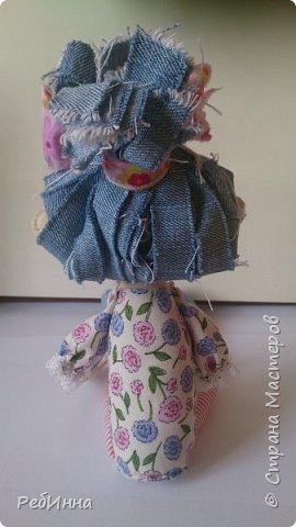 Эту куколку сшила опять же по выкройке Светланы Хачиной, только выкройку не распечатала, а просто перевела с компьютера и куколка получилась маленькой, а удовольствие от ее пошива огромным! Ножки кроила из двух тканей: хлопка и джинсовой, чтобы ботиночки были сразу. фото 4