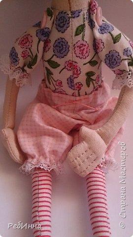 Эту куколку сшила опять же по выкройке Светланы Хачиной, только выкройку не распечатала, а просто перевела с компьютера и куколка получилась маленькой, а удовольствие от ее пошива огромным! Ножки кроила из двух тканей: хлопка и джинсовой, чтобы ботиночки были сразу. фото 3