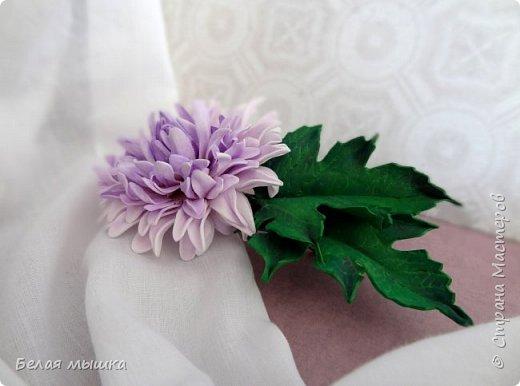 Купила основы для заколок-автоматов и теперь пробую свои силы в цветочных украшениях. В первую очередь захотелось сделать хризантему.