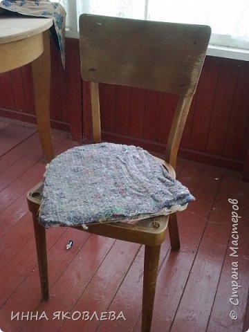 """Разбирали на даче очень старый сарай, нашли пять стульев еще из бабушкиной  городской квартиры. Вид, конечно, у них был совсем непрезентабельный, но стульчики оказались  на удивление крепкие. А когда я прочитала на штампике с обратной стороны год изготовления, то твердо решила, что крепкая  """"мЁбель"""" 1963 года рождения заслуживает """"респекта и уважухи""""! И вот после легких и непродолжительных боёв, я отвоевала право этих стульев на дальнейшую жизнь в нашем доме, правда пришлось """"сдать""""  трюмо и диван. фото 4"""