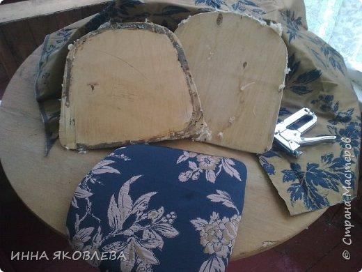 """Разбирали на даче очень старый сарай, нашли пять стульев еще из бабушкиной  городской квартиры. Вид, конечно, у них был совсем непрезентабельный, но стульчики оказались  на удивление крепкие. А когда я прочитала на штампике с обратной стороны год изготовления, то твердо решила, что крепкая  """"мЁбель"""" 1963 года рождения заслуживает """"респекта и уважухи""""! И вот после легких и непродолжительных боёв, я отвоевала право этих стульев на дальнейшую жизнь в нашем доме, правда пришлось """"сдать""""  трюмо и диван. фото 5"""