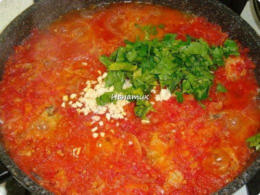 Предлагаю вашему вниманию рецепт из рыбки: -5 средних луковиц -морковь среднего размера 5шт -минтай 3шт -мука для панировки рыбы -растит.масло для обжарки -соль по вкусу -чеснок 2 зубчика -томат (у меня домашний) 700мл -зелень петрушки 30г фото 9