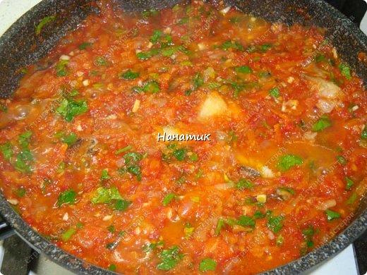 Предлагаю вашему вниманию рецепт из рыбки: -5 средних луковиц -морковь среднего размера 5шт -минтай 3шт -мука для панировки рыбы -растит.масло для обжарки -соль по вкусу -чеснок 2 зубчика -томат (у меня домашний) 700мл -зелень петрушки 30г фото 1