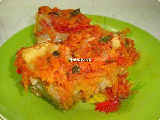 Предлагаю вашему вниманию рецепт из рыбки: -5 средних луковиц -морковь среднего размера 5шт -минтай 3шт -мука для панировки рыбы -растит.масло для обжарки -соль по вкусу -чеснок 2 зубчика -томат (у меня домашний) 700мл -зелень петрушки 30г фото 11