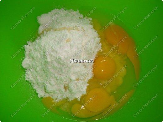 Добрый день! Предлагаю приготовить манник с ягодами.  Нам нужно: -манка 1 стакан (я брала объемом 300 мл) -кефир 1 стакан (такой же V) -3 яйца -сахарная пудра 1 стакан (объем 300 мл) -сода гашеная 0,5 ч.л.  -мука 1 стакан (объем 300 мл) -ягоды любые 300г (у меня смесь ягод и вишни) -ванилин 1/3 ч.л. крем для манника: сметана 200г + сахар по вкусу  фото 5