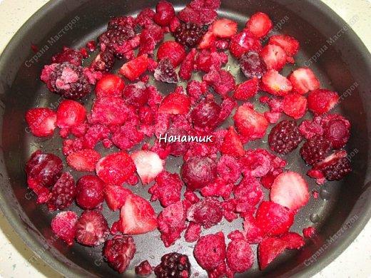 Добрый день! Предлагаю приготовить манник с ягодами.  Нам нужно: -манка 1 стакан (я брала объемом 300 мл) -кефир 1 стакан (такой же V) -3 яйца -сахарная пудра 1 стакан (объем 300 мл) -сода гашеная 0,5 ч.л.  -мука 1 стакан (объем 300 мл) -ягоды любые 300г (у меня смесь ягод и вишни) -ванилин 1/3 ч.л. крем для манника: сметана 200г + сахар по вкусу  фото 11