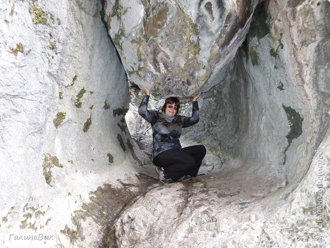 Итак, следуя по Чемальскому тракту, в ходе обзорной экскурсии был предложен для просмотра очень интересный (загадочный!!!) горный объект - огромный валун, застрявший в ущелье. И зовется этот камень Баатыр-Таш, что в переводе означает Богатырь-камень. фото 2