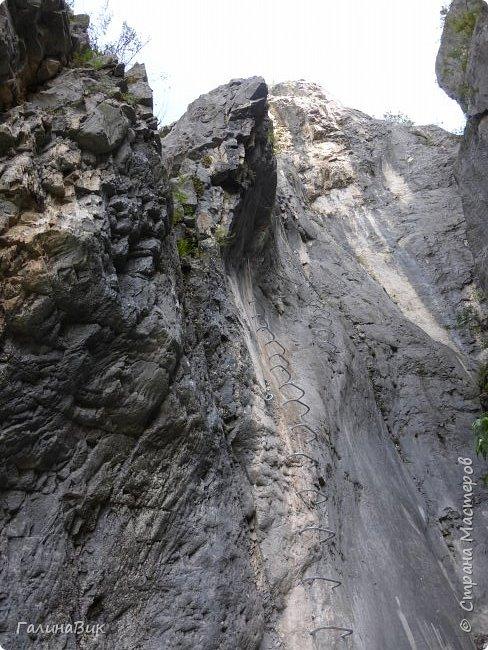 Итак, следуя по Чемальскому тракту, в ходе обзорной экскурсии был предложен для просмотра очень интересный (загадочный!!!) горный объект - огромный валун, застрявший в ущелье. И зовется этот камень Баатыр-Таш, что в переводе означает Богатырь-камень. фото 12