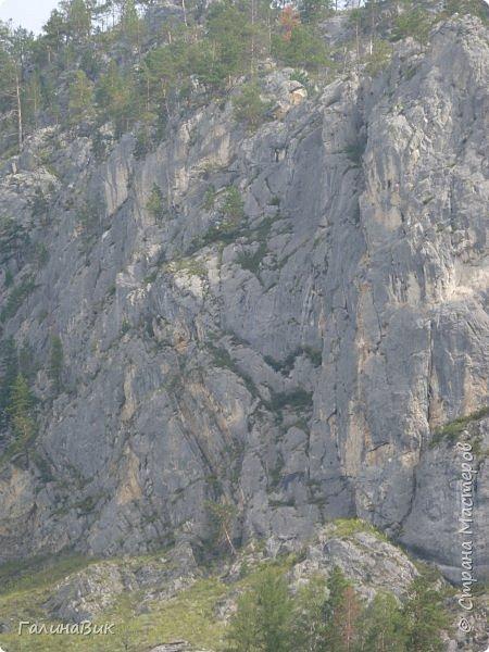 Итак, следуя по Чемальскому тракту, в ходе обзорной экскурсии был предложен для просмотра очень интересный (загадочный!!!) горный объект - огромный валун, застрявший в ущелье. И зовется этот камень Баатыр-Таш, что в переводе означает Богатырь-камень. фото 25