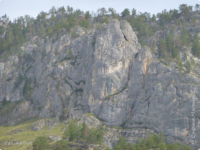 Итак, следуя по Чемальскому тракту, в ходе обзорной экскурсии был предложен для просмотра очень интересный (загадочный!!!) горный объект - огромный валун, застрявший в ущелье. И зовется этот камень Баатыр-Таш, что в переводе означает Богатырь-камень. фото 23