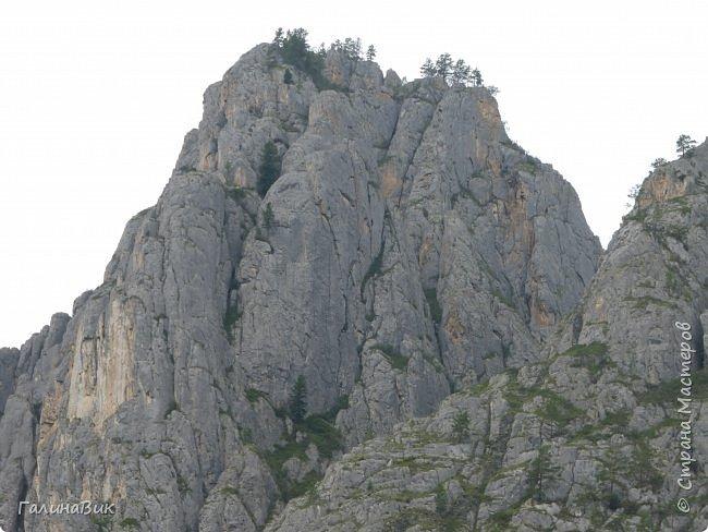 Итак, следуя по Чемальскому тракту, в ходе обзорной экскурсии был предложен для просмотра очень интересный (загадочный!!!) горный объект - огромный валун, застрявший в ущелье. И зовется этот камень Баатыр-Таш, что в переводе означает Богатырь-камень. фото 28