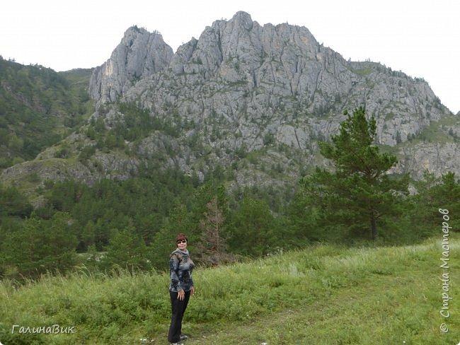 Итак, следуя по Чемальскому тракту, в ходе обзорной экскурсии был предложен для просмотра очень интересный (загадочный!!!) горный объект - огромный валун, застрявший в ущелье. И зовется этот камень Баатыр-Таш, что в переводе означает Богатырь-камень. фото 26