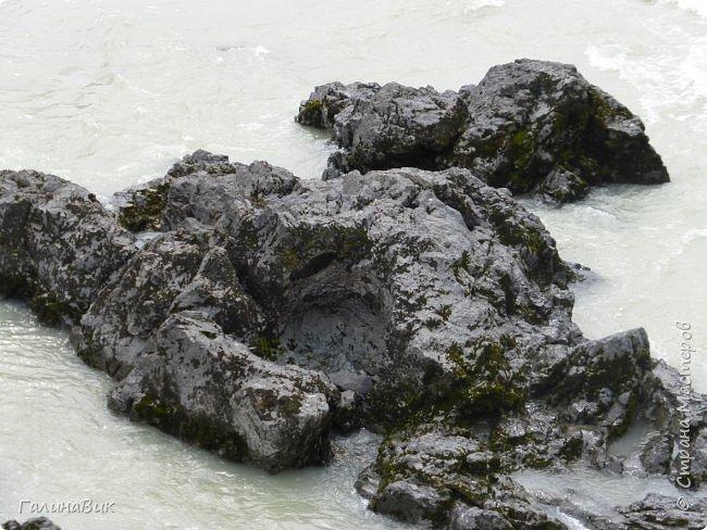 Итак, следуя по Чемальскому тракту, в ходе обзорной экскурсии был предложен для просмотра очень интересный (загадочный!!!) горный объект - огромный валун, застрявший в ущелье. И зовется этот камень Баатыр-Таш, что в переводе означает Богатырь-камень. фото 32