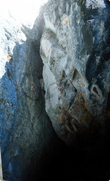 Итак, следуя по Чемальскому тракту, в ходе обзорной экскурсии был предложен для просмотра очень интересный (загадочный!!!) горный объект - огромный валун, застрявший в ущелье. И зовется этот камень Баатыр-Таш, что в переводе означает Богатырь-камень. фото 5