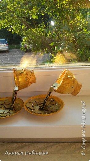 """Сделала две парящие чашки. Мне отдали кучу старых советских копеек,ну и я не удержалась,понесло меня. За опору взяла старые чайные ложки. Чашки и блюдца из кофейного сервиза,стоит без дела,кофе мы пьем из большущих кружек. Копейки клеила на""""титан""""и""""момент кристалл"""",а опоры на какую-то эпоксидную штуковину,зять выделил кусочек,его разминаешь и лепишь. Застывает намертво,не отодрать. Тесьму и кружева приклеила на""""титан"""". Ну вот как то так получилось,мне нравится. фото 4"""