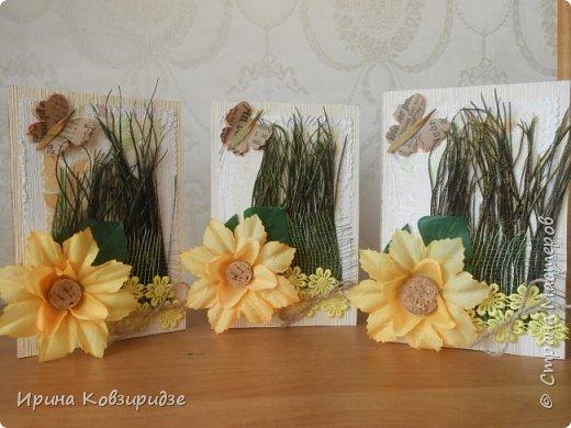 Три открытки на основе акварельной бумаги, обоев, крафт бумаги. Украшена перьями павлина, искусствен. цветком(середина из кусочка пробки). фото 1