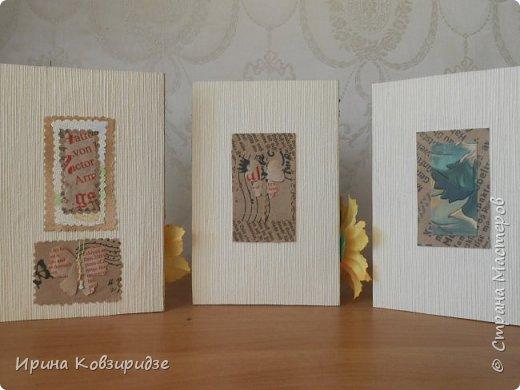 Три открытки на основе акварельной бумаги, обоев, крафт бумаги. Украшена перьями павлина, искусствен. цветком(середина из кусочка пробки). фото 2