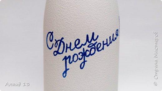 Бутылочка-подарок на День рождения. Материалы: краска акриловая белая; цветочки из ткани; бусины синие, сиреневые, жемчужные; ленты, контур синий с перламутром. фото 2