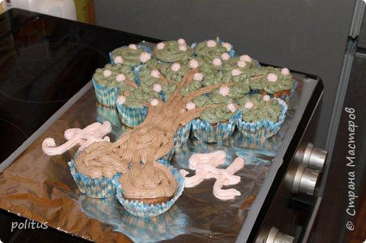 Пригласили нас друзья в гости, отмечать пятилетие свадьбы. Ну я не без помощи гугла вспомнила, что это деревянная свадьба, поэтому придумала очень оригинальный презент - дерево!Так как времени на подготовку презента было катастрофически мало, решила его приготовить - нашла идею торта из кексов, решила попробовать приготовить.  Сделала тесто по такому рецепту: Масло растительное — 0,5 стак.  Яйцо куриное — 2 шт  Сахар — 1 стак.  Банан — 2 шт  Какао-порошок — 50-60 г  Мука пшеничная — 1,5 стак.  Разрыхлитель теста — 1 ч. л.  Сода — 0,5 ч. л. В миске смешать яйца, растительное масло и сахар.  Бананы измельчить вилкой.  Добавить в чашку банановое пюре и какао.  Размешать до однородности.  Муку смешать с содой и разрыхлителем, добавить в чашку.  Быстро размешать тесто,разложить по формочкам и выпекать при 180 градусах 12-15 минут.  фото 5