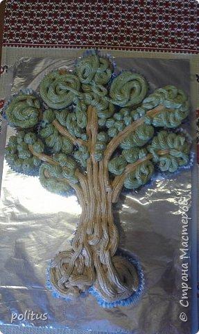Пригласили нас друзья в гости, отмечать пятилетие свадьбы. Ну я не без помощи гугла вспомнила, что это деревянная свадьба, поэтому придумала очень оригинальный презент - дерево!Так как времени на подготовку презента было катастрофически мало, решила его приготовить - нашла идею торта из кексов, решила попробовать приготовить.  Сделала тесто по такому рецепту: Масло растительное — 0,5 стак.  Яйцо куриное — 2 шт  Сахар — 1 стак.  Банан — 2 шт  Какао-порошок — 50-60 г  Мука пшеничная — 1,5 стак.  Разрыхлитель теста — 1 ч. л.  Сода — 0,5 ч. л. В миске смешать яйца, растительное масло и сахар.  Бананы измельчить вилкой.  Добавить в чашку банановое пюре и какао.  Размешать до однородности.  Муку смешать с содой и разрыхлителем, добавить в чашку.  Быстро размешать тесто,разложить по формочкам и выпекать при 180 градусах 12-15 минут.  фото 4