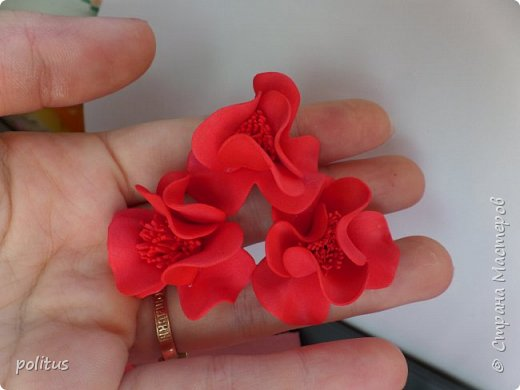 Заказала мне как то девушка ободок, говорит хочу к своему красному платью красный-красный ободок. Чтож, приступаем к его созданию. Все делается из фоамирана 1мм. Мне нравится делать ободки из цветов разного размера и формы, поэтому сделаем цветы трех видов. Первые будут самые большие, их у меня вышло 8 штук. Для них надо нарезать полоски шириной 3 см, делим их на квадраты, затем вырезаем лепестки. фото 7