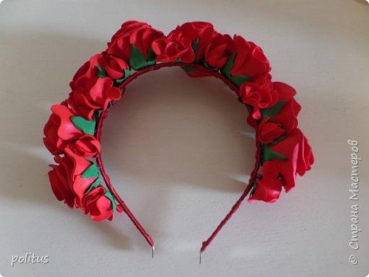 Заказала мне как то девушка ободок, говорит хочу к своему красному платью красный-красный ободок. Чтож, приступаем к его созданию. Все делается из фоамирана 1мм. Мне нравится делать ободки из цветов разного размера и формы, поэтому сделаем цветы трех видов. Первые будут самые большие, их у меня вышло 8 штук. Для них надо нарезать полоски шириной 3 см, делим их на квадраты, затем вырезаем лепестки. фото 11