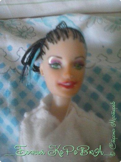 Привет ! Я новенькая ! И это мой первый ООАК .  Я сделала куклы новые волосы ,а что по поводу лица , а лишь перекрасила зрачки .  И еще на кукле кофту которую я сшила . Не судите строго !  фото 2