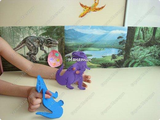 Появился у нас на скорую руку такой вот уголок динозавров. Распечатали картинки формата А4 и прикрепили к стенке. Летающий ящер - это наклейка покупная. фото 1