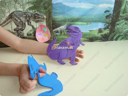 Появился у нас на скорую руку такой вот уголок динозавров. Распечатали картинки формата А4 и прикрепили к стенке. Летающий ящер - это наклейка покупная. фото 5