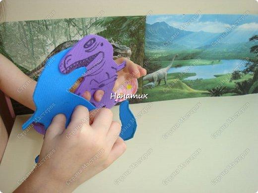 Появился у нас на скорую руку такой вот уголок динозавров. Распечатали картинки формата А4 и прикрепили к стенке. Летающий ящер - это наклейка покупная. фото 3