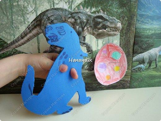 Появился у нас на скорую руку такой вот уголок динозавров. Распечатали картинки формата А4 и прикрепили к стенке. Летающий ящер - это наклейка покупная. фото 2