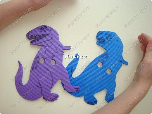 Появился у нас на скорую руку такой вот уголок динозавров. Распечатали картинки формата А4 и прикрепили к стенке. Летающий ящер - это наклейка покупная. фото 4