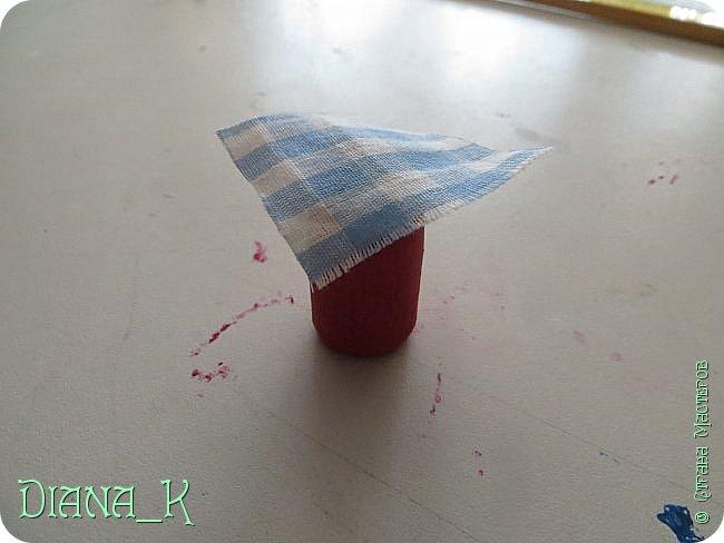 вот такую баночку малинового варенья мы сегодня сделаем) Заранее прошу прощения за качество, отключили свет)  итак, нам нужны: -нитка -небольшой кусочек ткани -коричневая и малиновая(красная)гуашь, кисточка,вода -прозрачный лак для ногтей -пробка от бутылки -ножницы резиночка Rainbow Loom фото 8