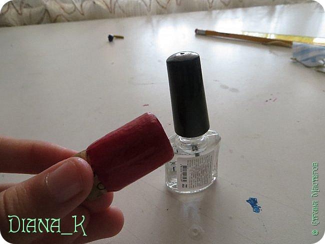 вот такую баночку малинового варенья мы сегодня сделаем) Заранее прошу прощения за качество, отключили свет)  итак, нам нужны: -нитка -небольшой кусочек ткани -коричневая и малиновая(красная)гуашь, кисточка,вода -прозрачный лак для ногтей -пробка от бутылки -ножницы резиночка Rainbow Loom фото 6