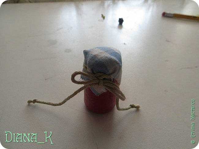 вот такую баночку малинового варенья мы сегодня сделаем) Заранее прошу прощения за качество, отключили свет)  итак, нам нужны: -нитка -небольшой кусочек ткани -коричневая и малиновая(красная)гуашь, кисточка,вода -прозрачный лак для ногтей -пробка от бутылки -ножницы резиночка Rainbow Loom фото 9