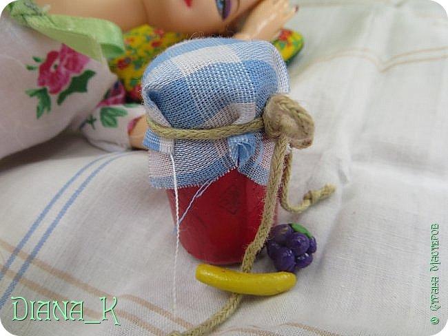 вот такую баночку малинового варенья мы сегодня сделаем) Заранее прошу прощения за качество, отключили свет)  итак, нам нужны: -нитка -небольшой кусочек ткани -коричневая и малиновая(красная)гуашь, кисточка,вода -прозрачный лак для ногтей -пробка от бутылки -ножницы резиночка Rainbow Loom фото 1