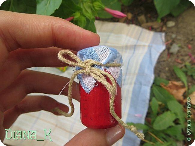 вот такую баночку малинового варенья мы сегодня сделаем) Заранее прошу прощения за качество, отключили свет)  итак, нам нужны: -нитка -небольшой кусочек ткани -коричневая и малиновая(красная)гуашь, кисточка,вода -прозрачный лак для ногтей -пробка от бутылки -ножницы резиночка Rainbow Loom фото 16