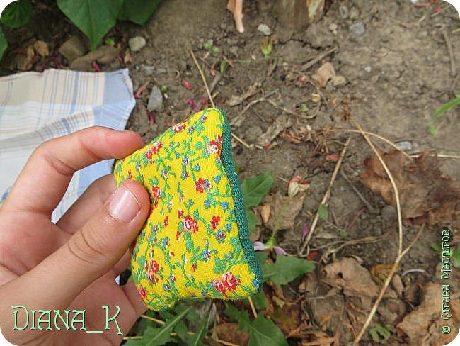 вот такую баночку малинового варенья мы сегодня сделаем) Заранее прошу прощения за качество, отключили свет)  итак, нам нужны: -нитка -небольшой кусочек ткани -коричневая и малиновая(красная)гуашь, кисточка,вода -прозрачный лак для ногтей -пробка от бутылки -ножницы резиночка Rainbow Loom фото 15