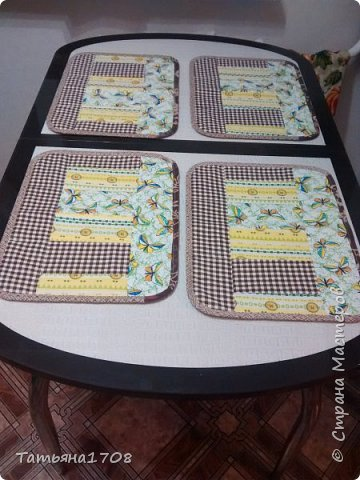А это в подарок на день рождения свекрови сшила такой кухонный набор. Сначала в мечтах была скатерть на ее новый стол. Но стол такой красивый! К тому же стеклянный, так что жаль закрывать. А подставки под горячее нужны. Вот они! фото 1